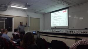 Geólogo Marcelo Alarsa na palestra no IE