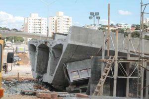 Operários trabalham em obras de remoção de escombros do viaduto que desmoronou na Avenida Dom Pedro I em Belo Horizonte (MG), neste domingo (13). André Brant/Hoje em Dia/Futura Press